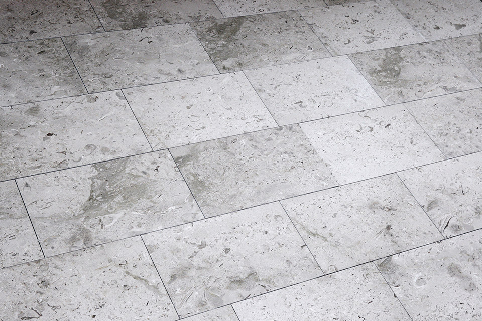 Aurisina Fiorita spazzolata in pavimentazione show-room