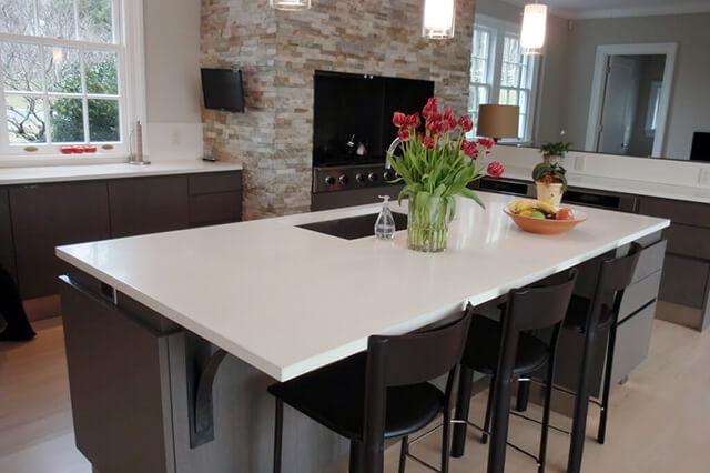 Isola cucina con lastra quarzite artificiale bianca
