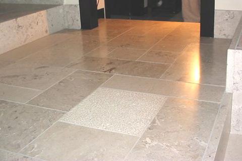 Pavimento abitazione in marmo di Aurisina