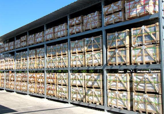 Pavimenti a magazzino in scaffalature esterne per pallet