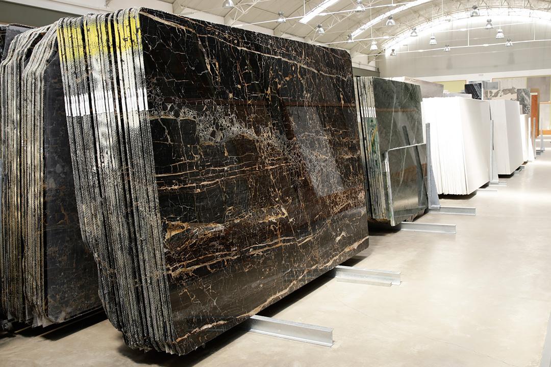 Lastre marmo Portoro nella showroom