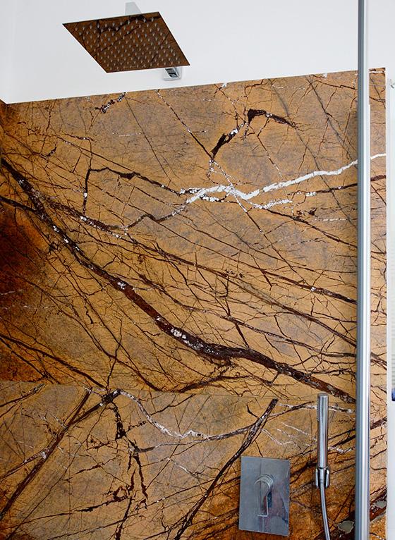 Dettaglio rivestimento marmo giallo doccia